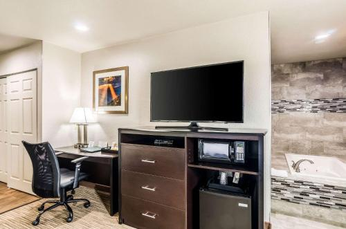 A television and/or entertainment centre at Quality Inn & Suites Westminster – Broomfield