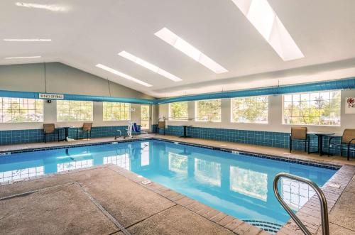 The swimming pool at or close to Quality Inn & Suites Westminster – Broomfield
