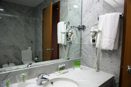 A bathroom at INATEL Flores