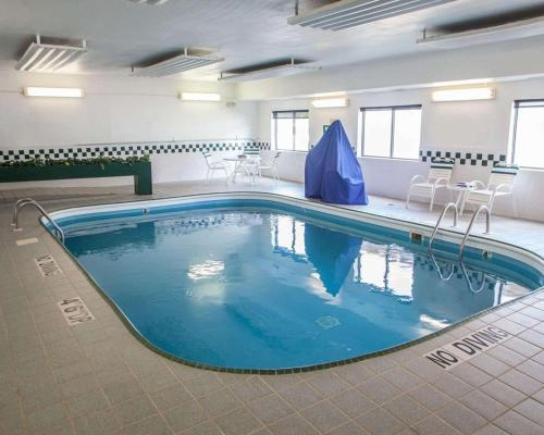The swimming pool at or near Quality Inn near I-72 and Hwy 51