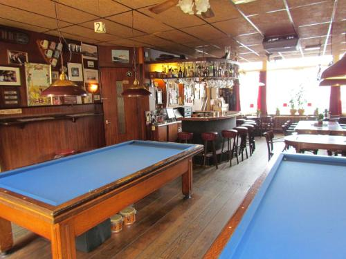 A pool table at Hotel Cafe Woud