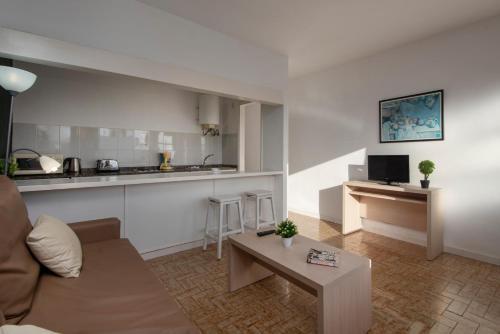 Een keuken of kitchenette bij Rocas Blancas Apartments