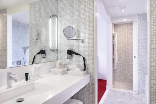 Ein Badezimmer in der Unterkunft Empire Riverside Hotel