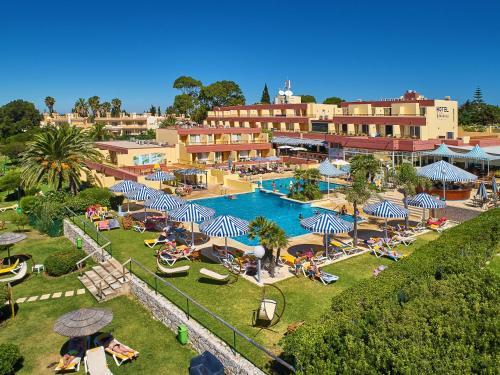 Uitzicht op het zwembad bij Hotel Baia Cristal Beach & Spa Resort of in de buurt