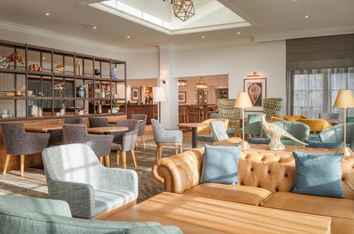 The lounge or bar area at DoubleTree by Hilton Forest Pines Spa & Golf Resort