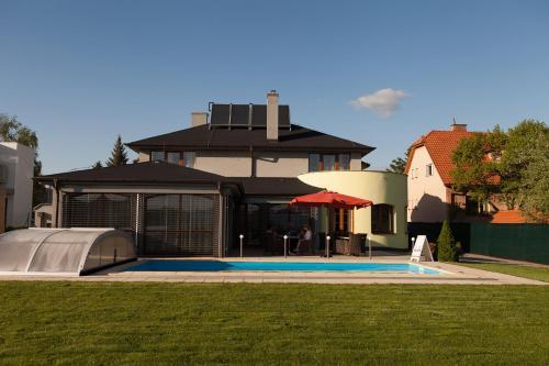 Bazén v ubytovaní Villa Golf alebo v jeho blízkosti