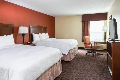 A bed or beds in a room at Hampton Inn Mansfield/Ontario