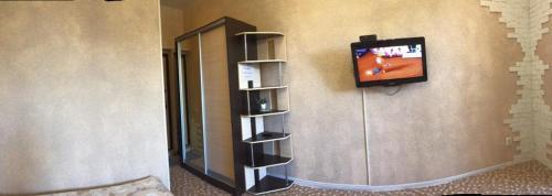 Телевизор и/или развлекательный центр в Квартира на Войкова 27
