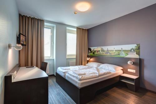 A bed or beds in a room at MEININGER Hotel Wien Downtown Sissi