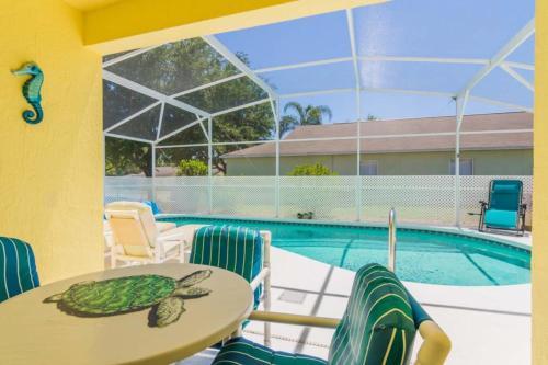 The swimming pool at or close to Tropical Paradise Villa