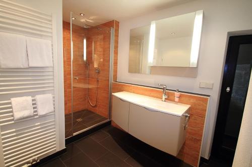 A bathroom at Hotel Zum Goldenen Anker