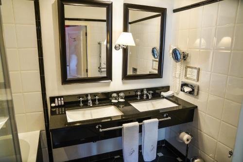 A bathroom at Paleis Hotel