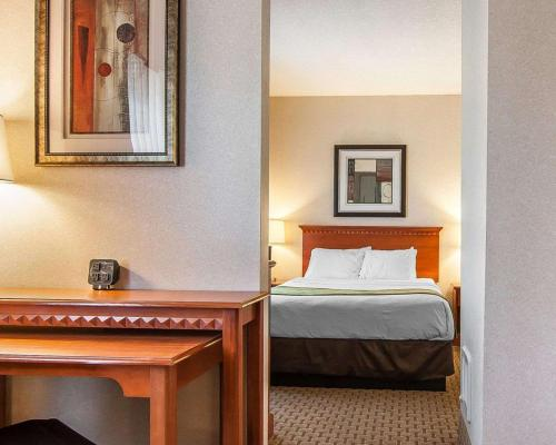 A bed or beds in a room at Comfort Suites Redmond Airport