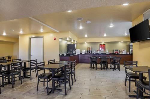 A restaurant or other place to eat at Econo Lodge Hurricane - Zion National Park Area