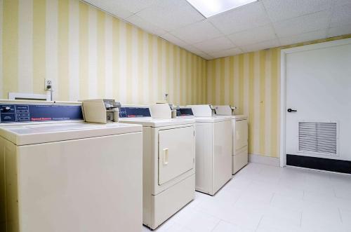 A kitchen or kitchenette at Comfort Suites Innsbrook - Short Pump