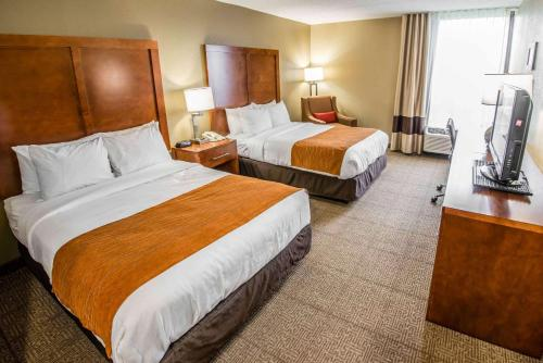 A bed or beds in a room at Comfort Inn Wytheville