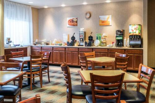 A restaurant or other place to eat at Quality Inn & Suites at Olympic National park