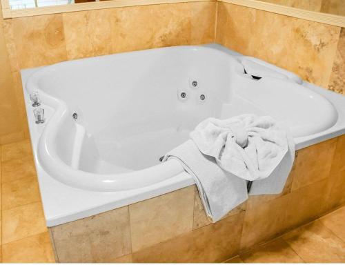 A bathroom at Comfort Inn & Suites Ocean Shores