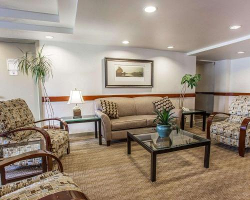 A seating area at Quality Inn & Suites Everett/Seattle