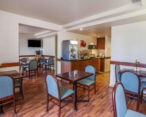 A restaurant or other place to eat at Quality Inn & Suites Everett/Seattle