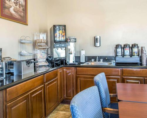 A restaurant or other place to eat at Rodeway Inn & Suites Riverton