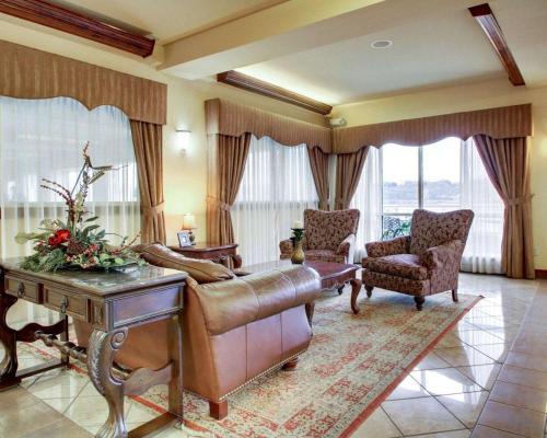 A seating area at Clarion Suites Vidalia