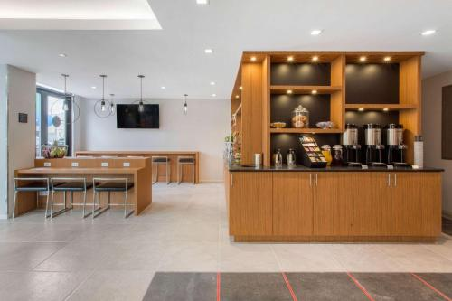 A restaurant or other place to eat at Insignia Hotel, Ascend Hotel Collection