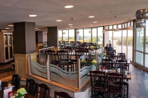 A restaurant or other place to eat at Clarion Inn Lakeside and Conference Centre