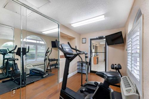 The fitness center and/or fitness facilities at Quality Inn & Suites Orlando Airport