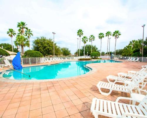 The swimming pool at or near Clarion Suites Kissimmee-Orlando Maingate