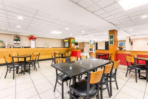 A restaurant or other place to eat at Quality Inn & Suites Orlando Airport