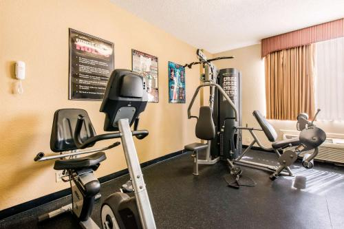 The fitness centre and/or fitness facilities at Quality Inn & Suites Near the Theme Parks