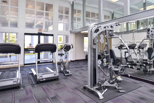 The fitness centre and/or fitness facilities at Clarion Inn & Suites Across From Universal Orlando Resort