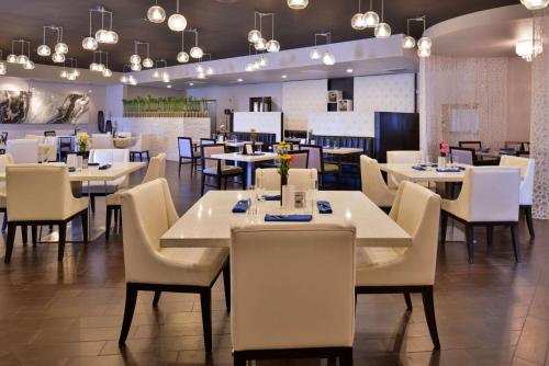 A restaurant or other place to eat at Clarion Inn & Suites Across From Universal Orlando Resort