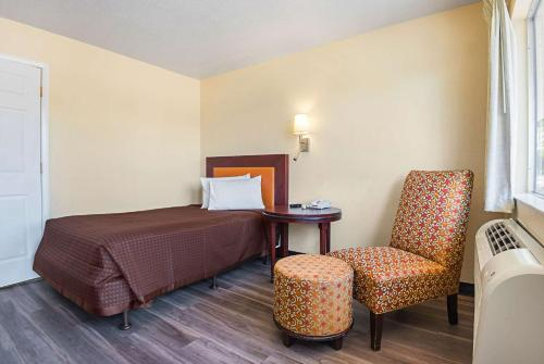 A bed or beds in a room at Rodeway Inn Kissimmee Main Gate West