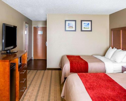 A bed or beds in a room at Comfort Inn & Suites Coralville - Iowa City near Iowa River Landing