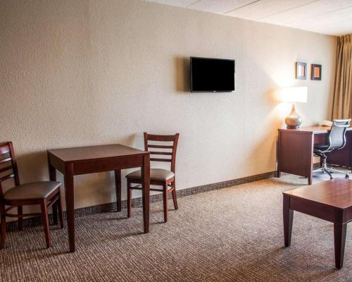 A television and/or entertainment center at Quality Inn & Suites Orland Park - Chicago
