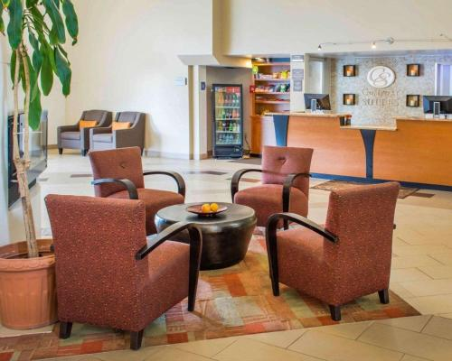 The lounge or bar area at Comfort Suites Waldorf