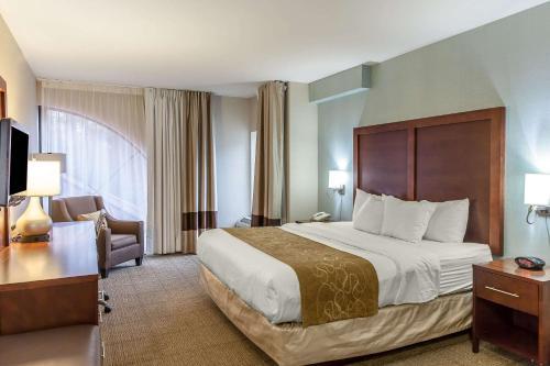 Comfort Suites Ocean Cityにあるベッド