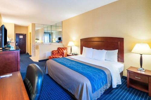 A bed or beds in a room at Comfort Inn and Suites North East