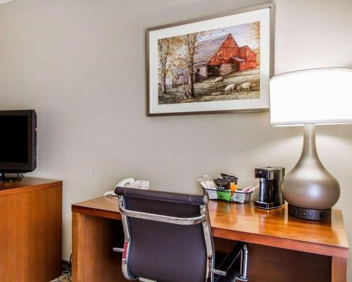 A television and/or entertainment center at Comfort Inn Brunswick - Freeport