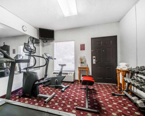 The fitness center and/or fitness facilities at Quality Inn South Springfield
