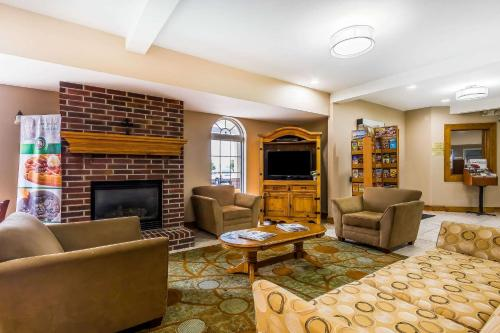 A seating area at Quality Inn & Suites Chesterfield Village