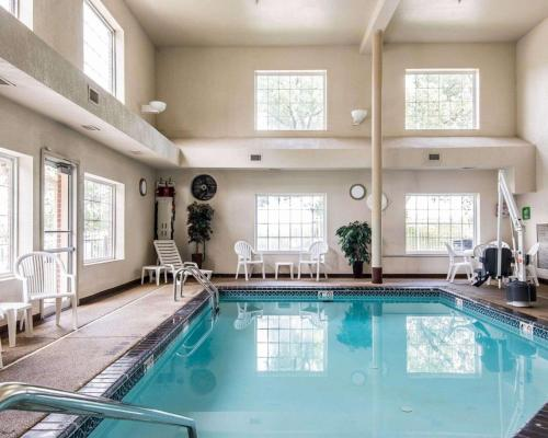 Бассейн в Comfort Inn & Suites Kansas City Downtown или поблизости