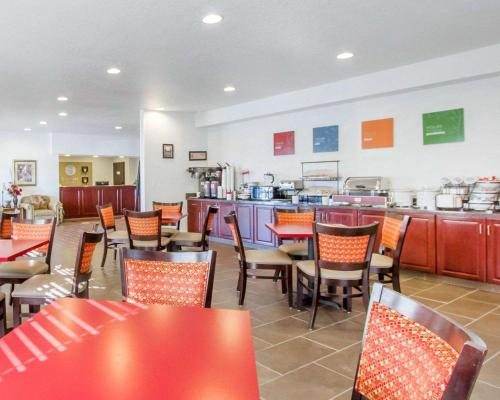 A restaurant or other place to eat at Comfort Inn Bolivar