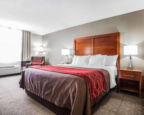A bed or beds in a room at Comfort Inn & Suites Moberly