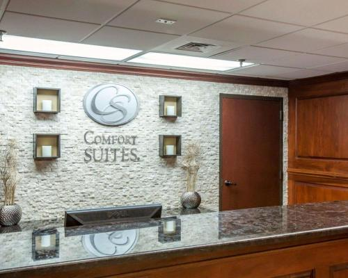 The lobby or reception area at Comfort Suites Outlet Center