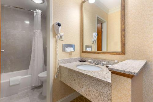 A bathroom at The Inn at Gran View Ogdensburg, Ascend Hotel Collection