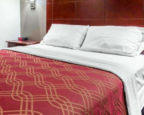 A bed or beds in a room at Econo Lodge South Ozone Park