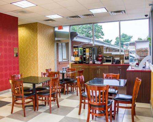 A restaurant or other place to eat at Rodeway Inn Macarthur Airport